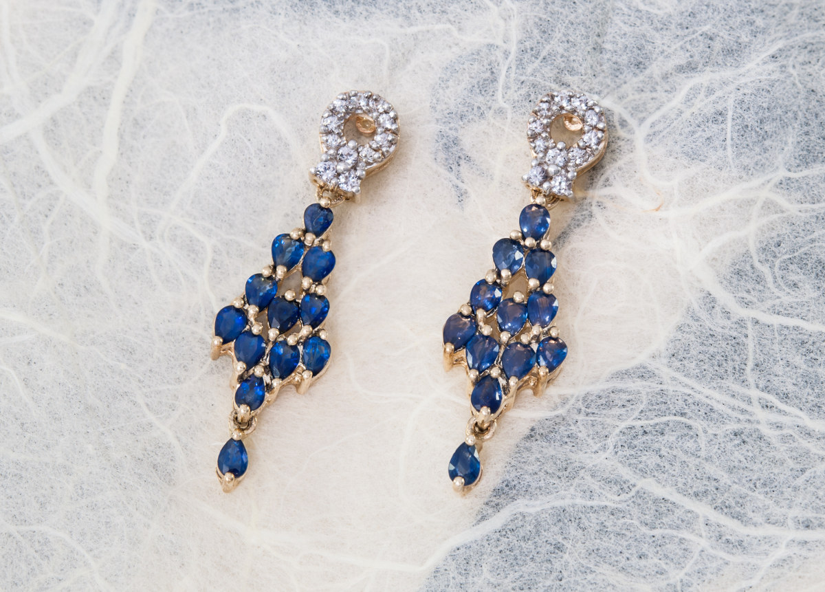 Gold earrings with sapphire