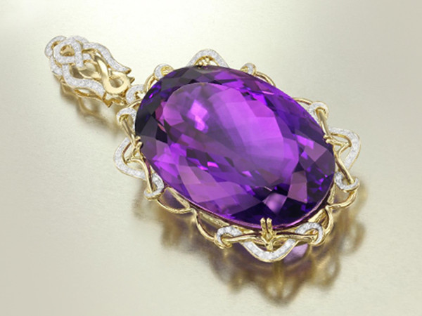 Goldpendant with amethyst